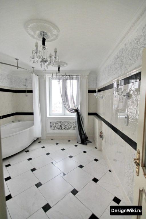 Кафельная плитка на стенах и полу ванной комнаты