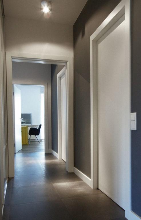 Квадратная серая плитка керамогранит в коридоре