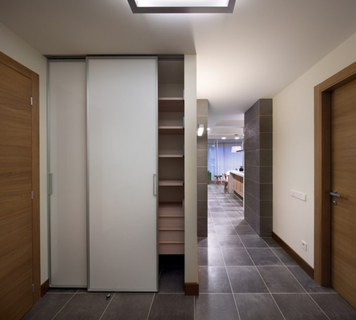 Керамогранит цвета антрацит на полу в коридоре
