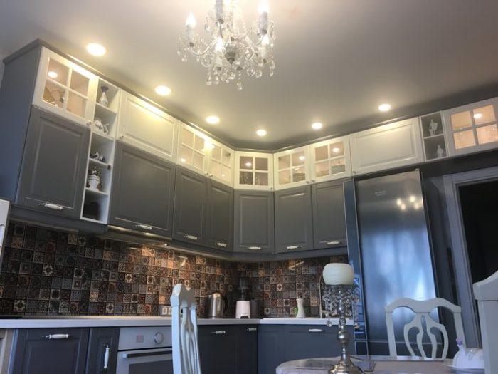 Классическая матовая бело-серая кухня