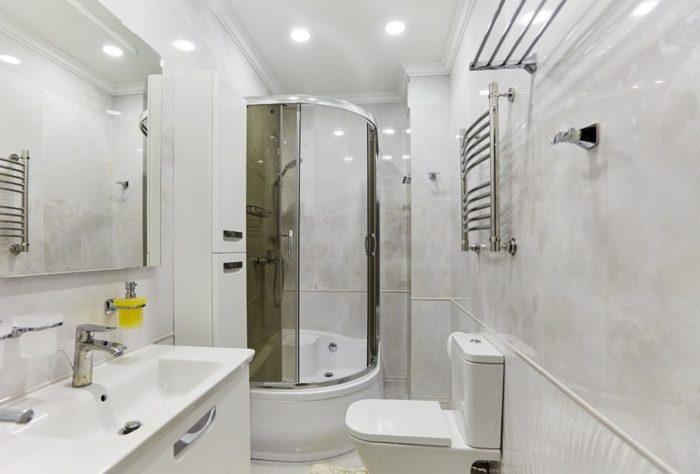 Классический дизайн белой ванной комнаты