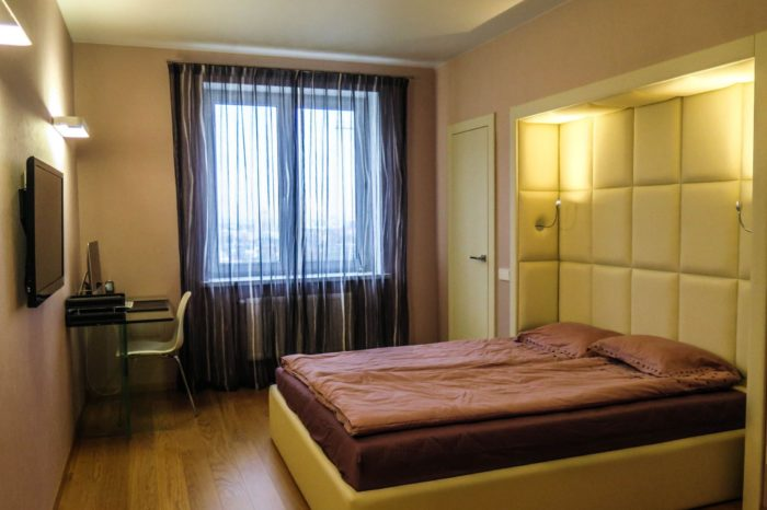 Кожаные панели на стене спальни