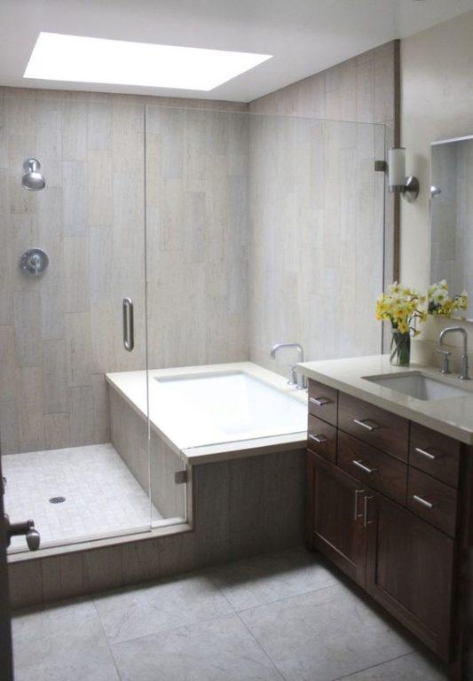 Комбинация разных видов серой плитки в ванной