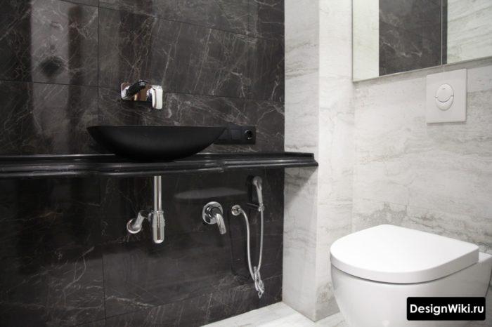 Комбинация темной и светлой плитки для ванной