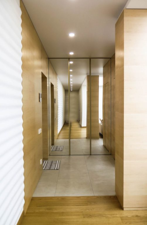 Комбинирование плитки и паркета в коридоре