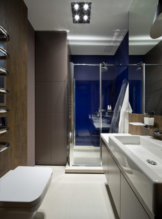 Коричневая плитка в ванной с душевой кабиной