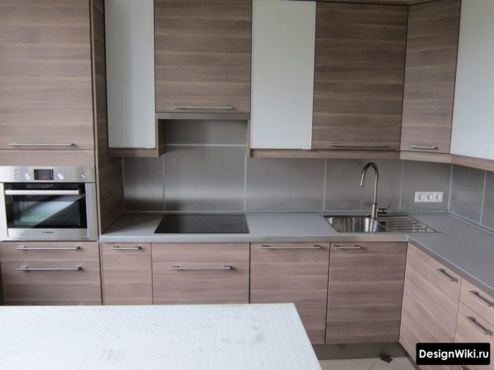 Коричневое дерево и серый цвет в небольшой кухне
