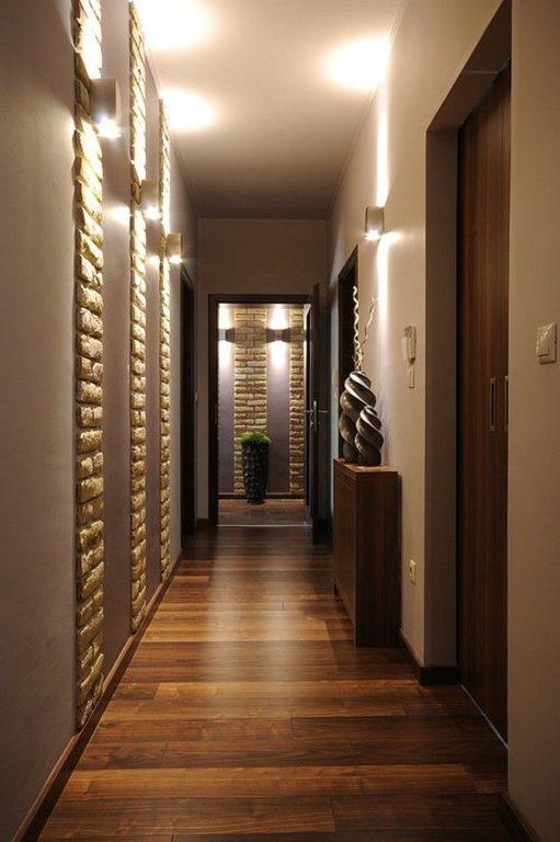 Коричневый ламинат на полу в коридоре