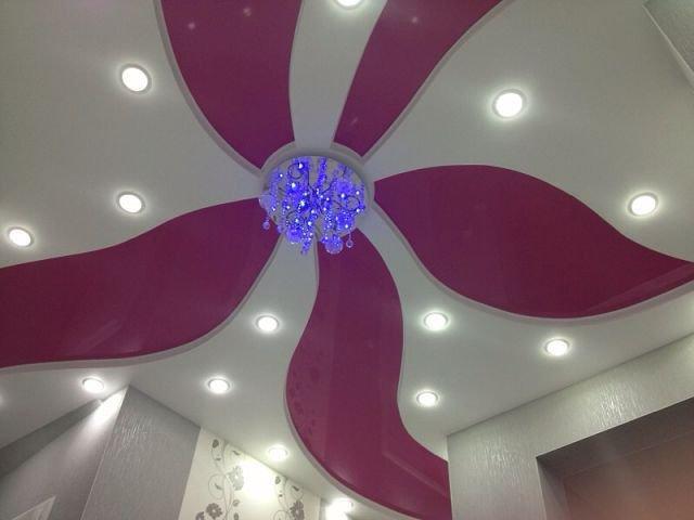 Криволинейный натяжной потолок с рисунком