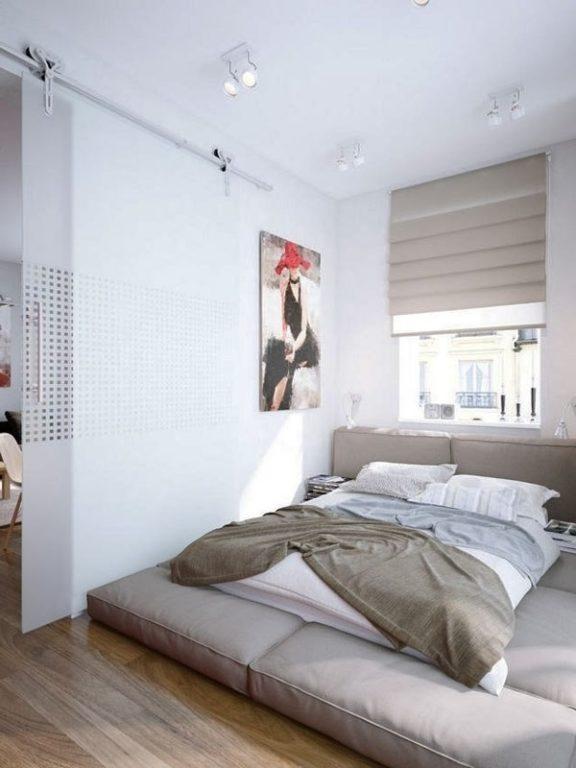 Кровать на полу в современной спальне
