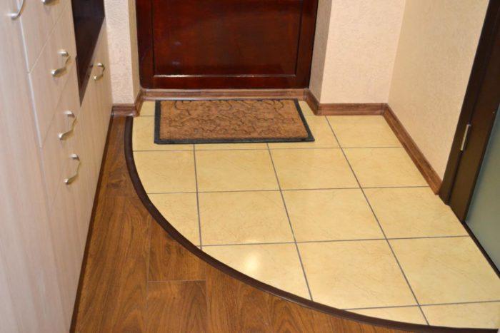 Круглый стык ламината и плитки в коридоре