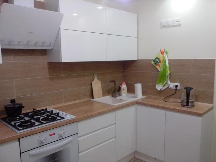 Кухня с белым глянцем и светлым деревом