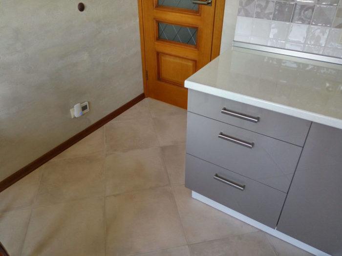 Кухня с серыми глянцевыми фасадами