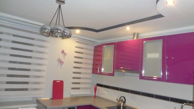 Кухня с ярко-розовыми фасадами