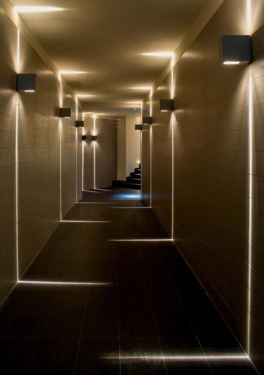 Ламинат на стенах коридора