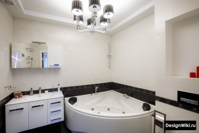 Люстра в интерьере ванной комнаты совмещенной с туалетом