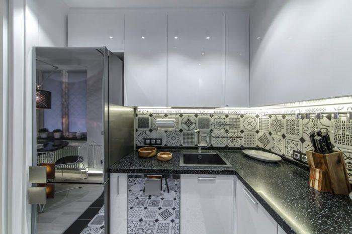 Маленькая белая глянцевая кухня