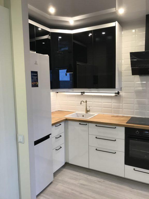 Маленькая кухня белый низ черный верх