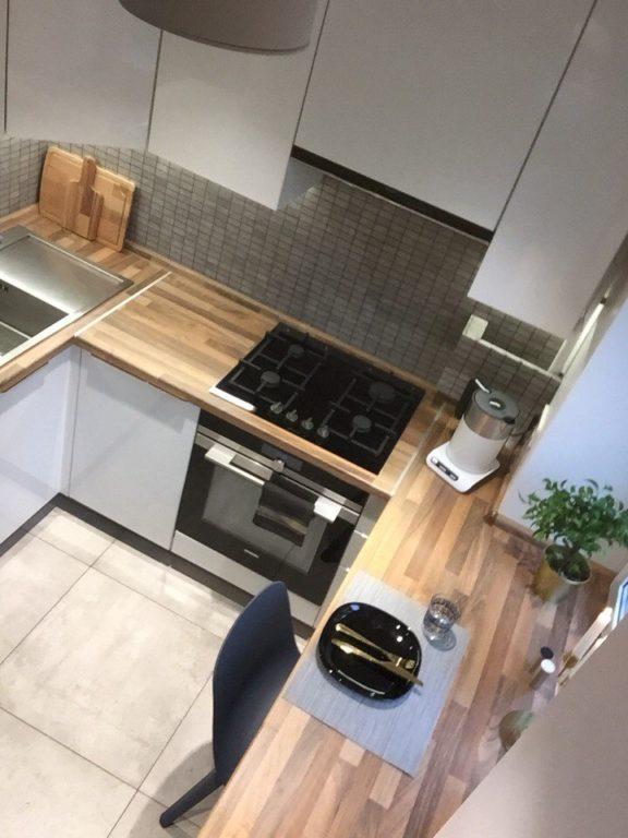 Маленькая кухня с подоконником столешницей