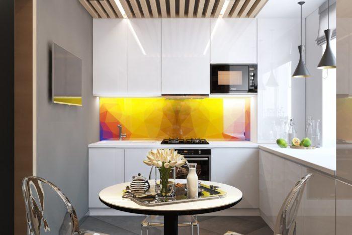 Маленькая кухня с ярким желтым фартуком