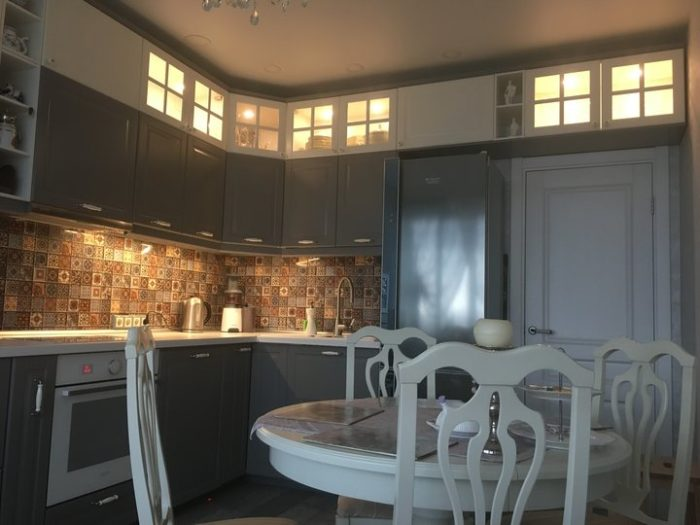 Матовая серая кухня с фрезеровкой