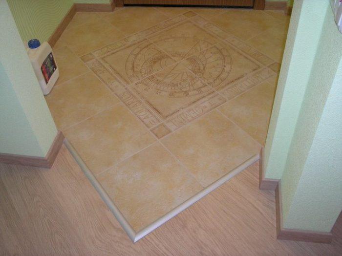 Металлический порог между плиткой и ламинатом