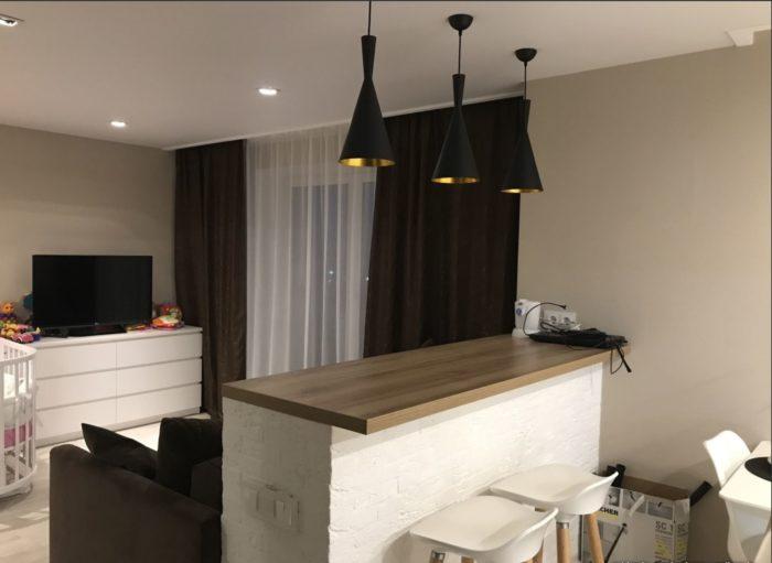 Монолитная барная стойка в квартире студии
