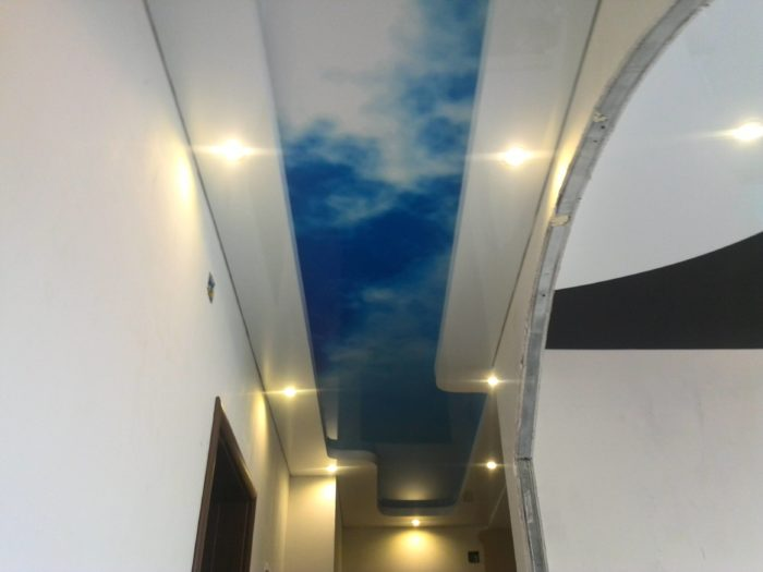 Натяжной потолок в прихожей с печатью неба с облаками