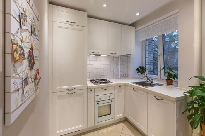 Небольшая кухня со встроенным холодильником