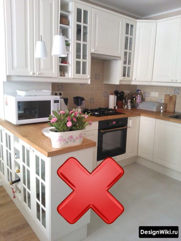 Небольшая кухня с прозрачными вставками