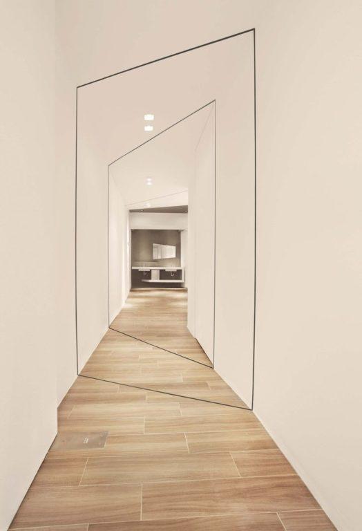 Не ровный коридор с белыми стенами