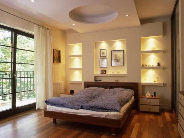 Ниши с подсветкой за кроватью