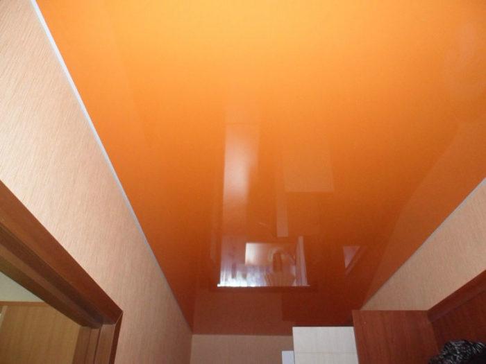 Оранжевый натяжной потолок в прихожей