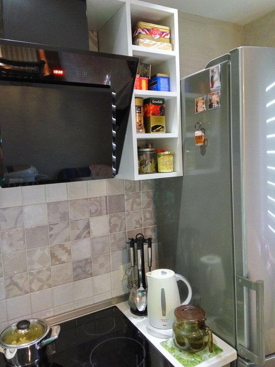 Открытые полки возле холодильника