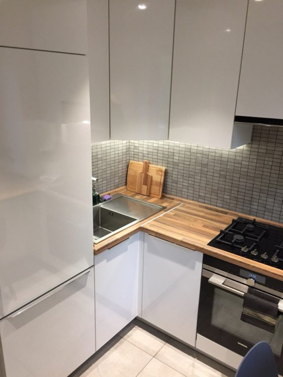 Очень маленькая белая угловая кухня