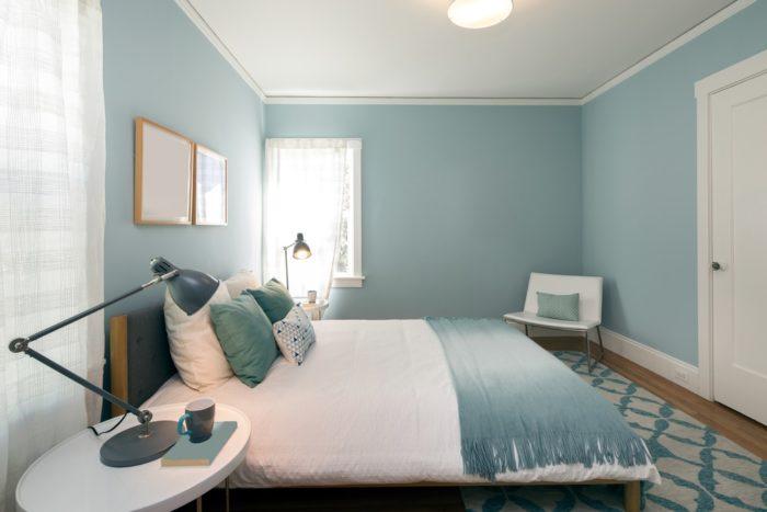 Пастельно голубой цвет в спальне