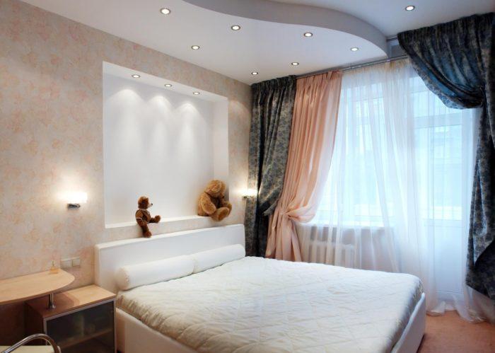 Персиковые обои и ниши в спальне