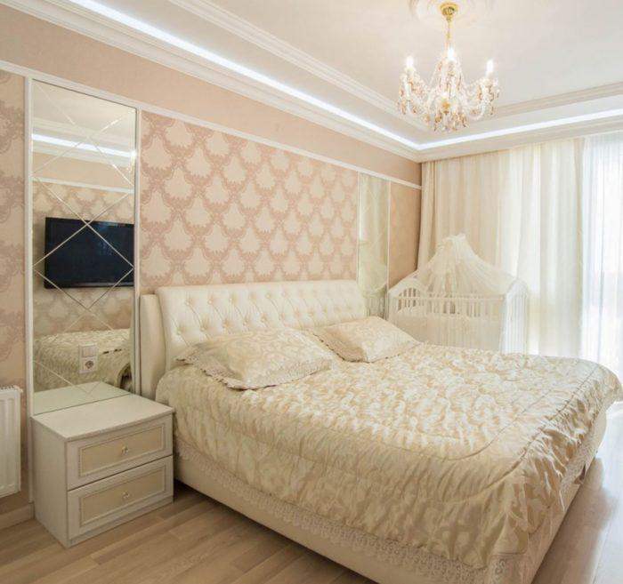 Персиковые стены в классической спальне