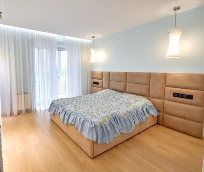 Персиковый цвет в современной спальне