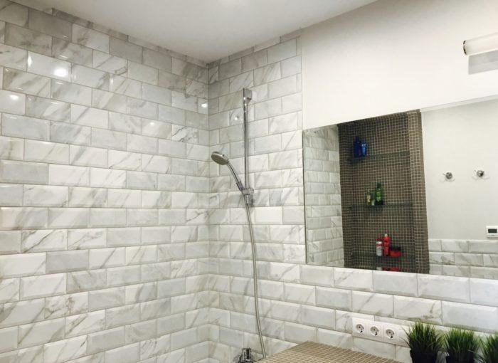 Плитка серые кирпичики в ванной комнате