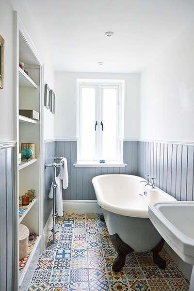 Плитка с цветными узорами на полу ванной