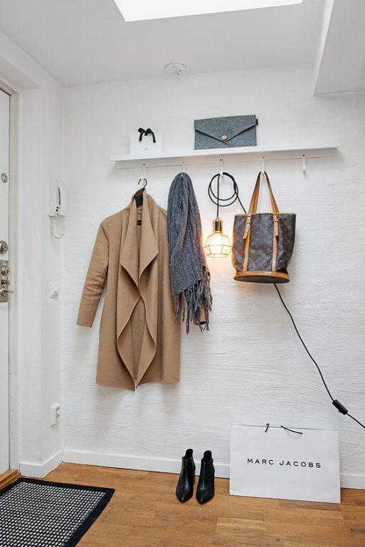 Полочка для сумок возле двери