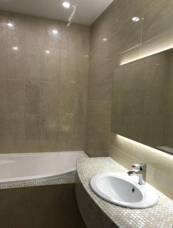 Полуматовая плитка в совмещенной ванной
