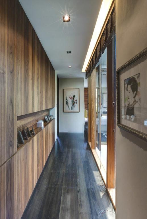Потолок в коридоре с подсветкой с одной стороны