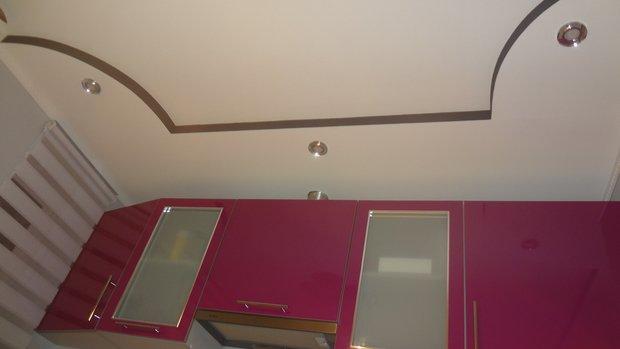Потолок со ступенькой на кухне