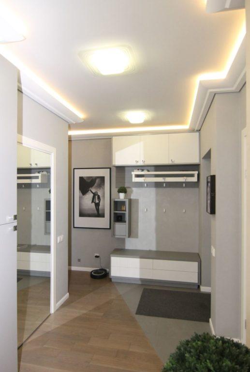 Потолок с подсветкой по контуру в прихожей