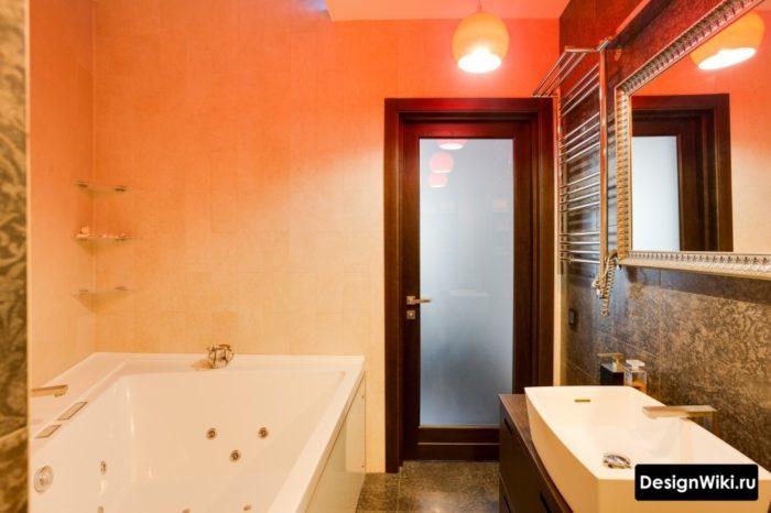 Прозрачная дверь в совмещенной ванной