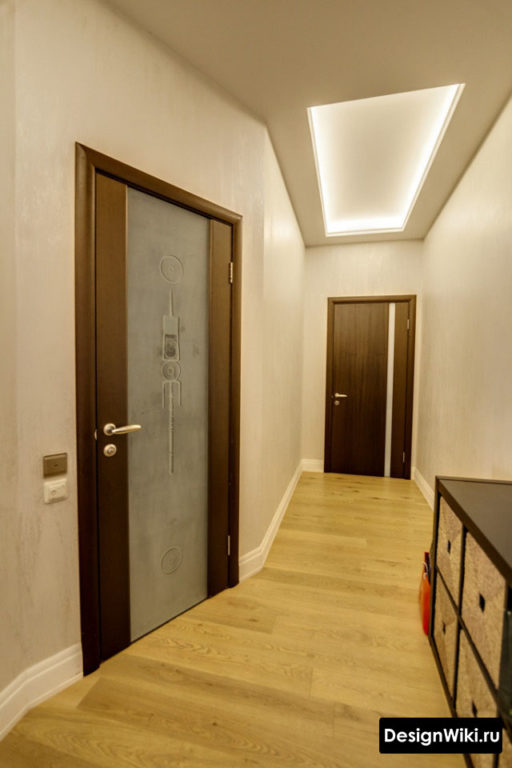 Прямоугольная ниша с подсветкой на потолке в коридоре