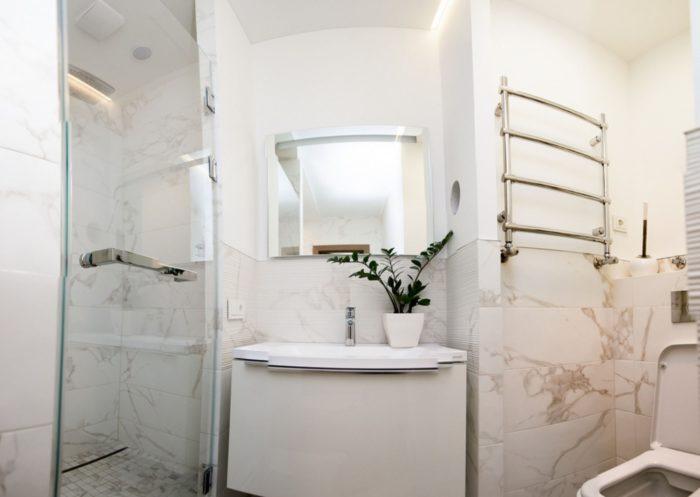 Прямоугольная плитка под мрамор туалет и душевая