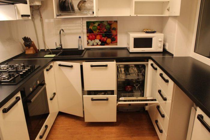 П-образная кухня в хрущевке с подоконником-столешницей